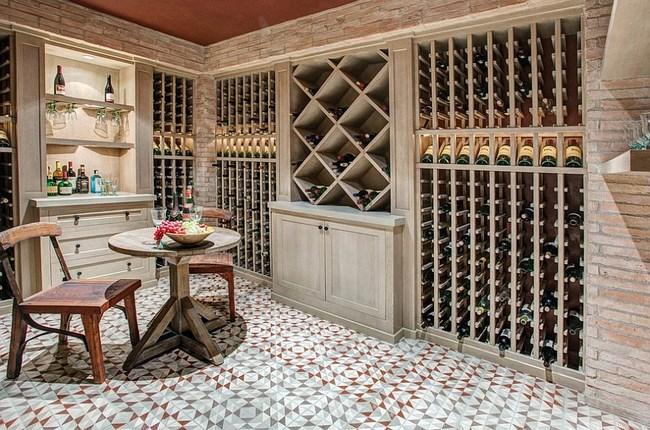 Средиземноморская гостиная с геометрической плиткой.
