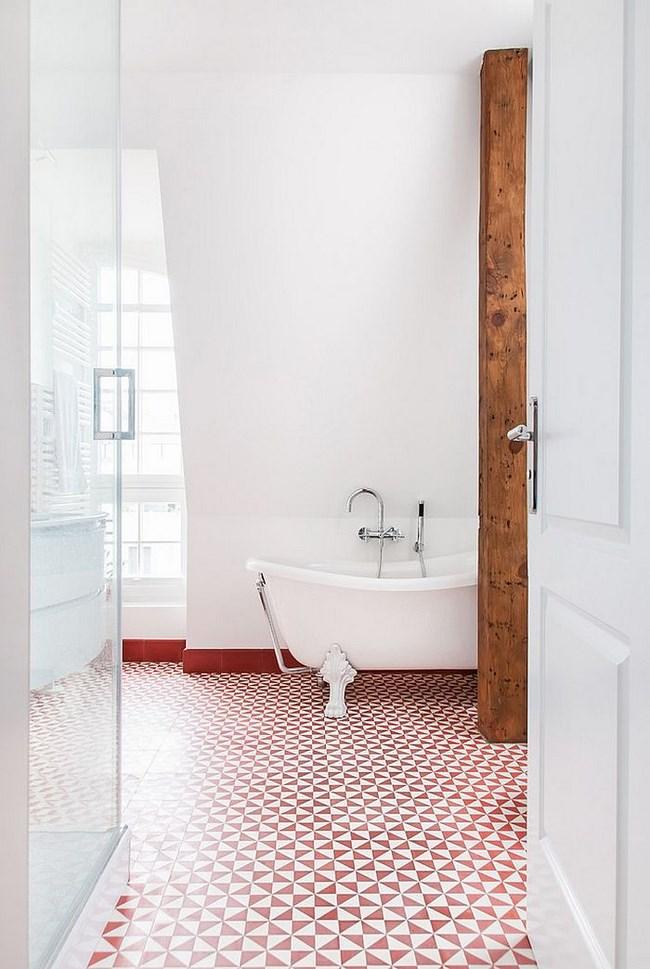 Бело-красная плитка на полу современной ванной комнаты.