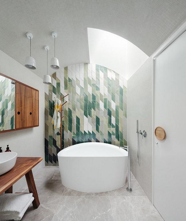 Композиция из зеленой плитки на стене современной ванной.