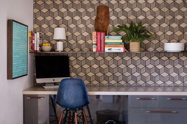 Домашний кабинет, оборудованный в просторной кухне.