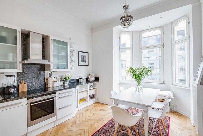 Скандинавская кухня с просторными минималистическими окнами.