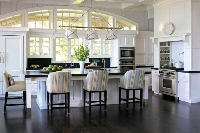 Полосатые стулья-кресла в современном интерьере кухни.