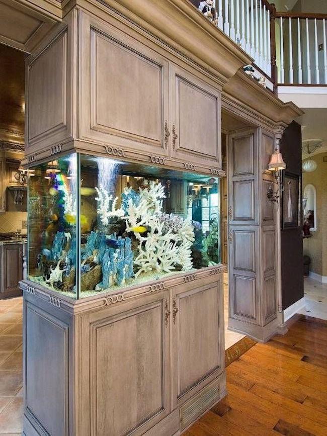 Аквариум в средиземноморском стиле, встроенный в кухонный шкаф.