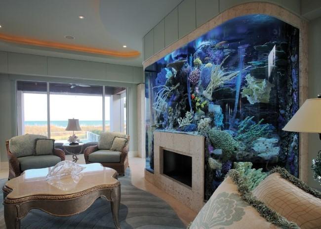 Уникальная композиция из камина и аквариума в интерьере гостиной.