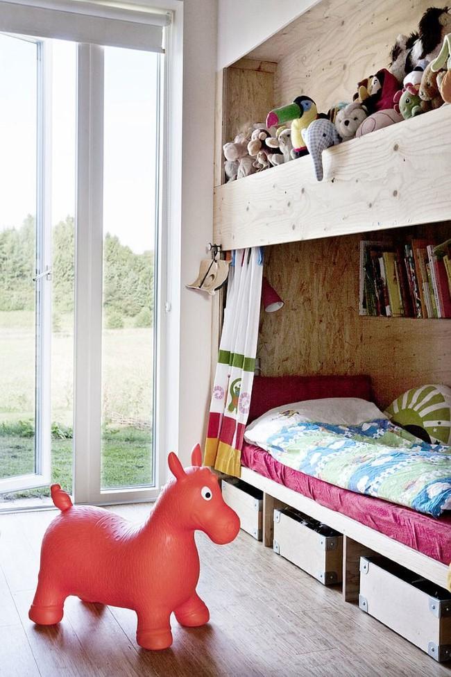 Скандинавская детская со встроенной в нишу кроваткой.