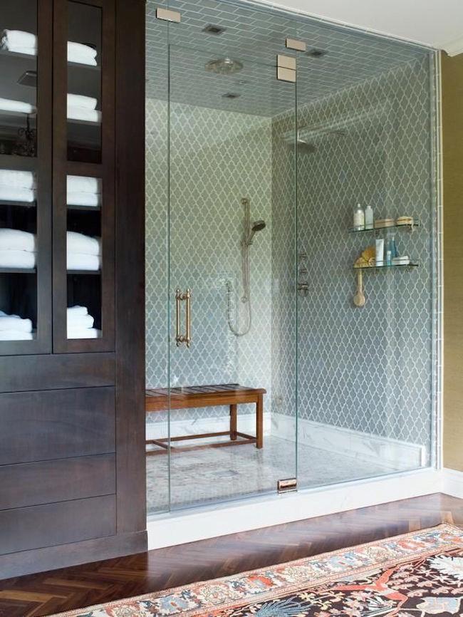 Ванная комната с небольшой душевой из плитки.