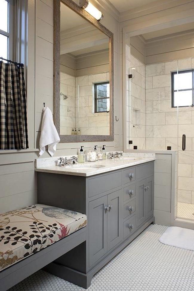 Стильная ванная комната с современной душевой кабинкой.