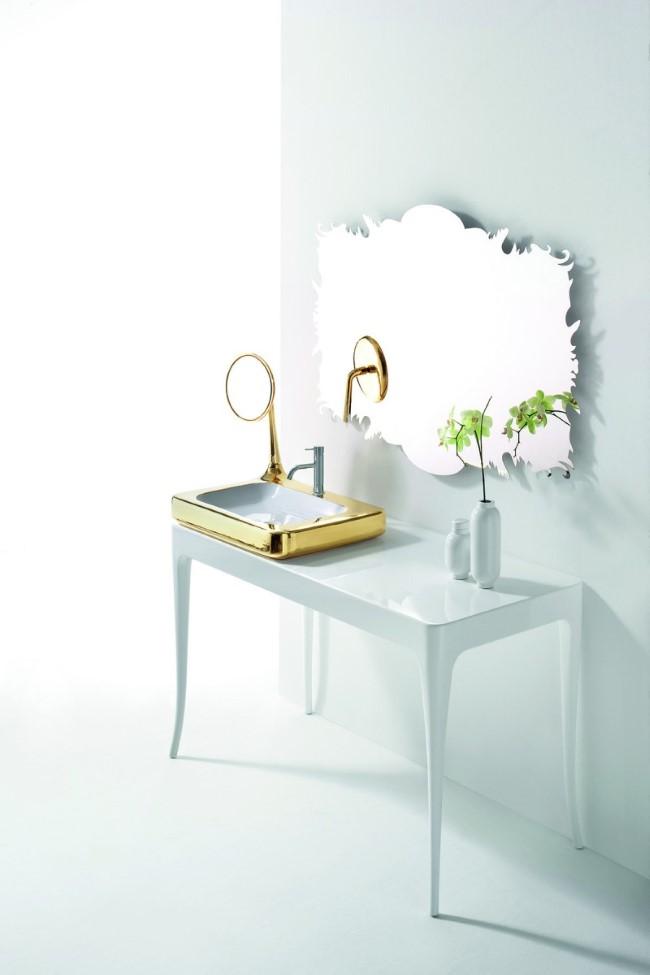 Комплект мебели для ванного помещения в белых и золотых цветах.