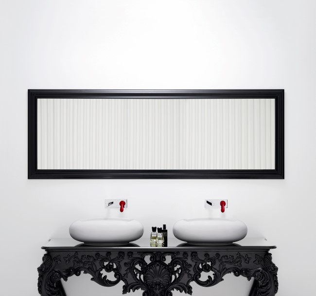 Стильное черное зеркало в минималистической ванной комнате.