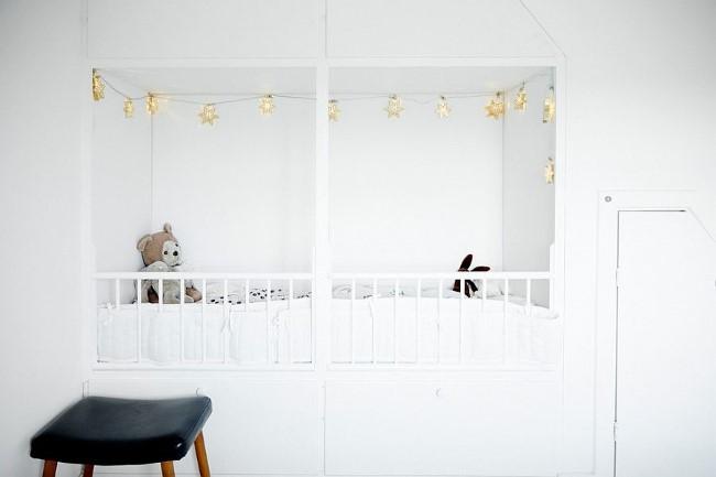Черно-белая детская со встроенной кроваткой.