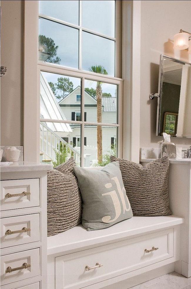 Дизайн ванной комнаты с окном в современном стиле.