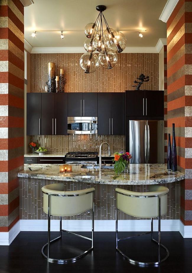 Элегантная кухня с гламурными полосатыми обоями.