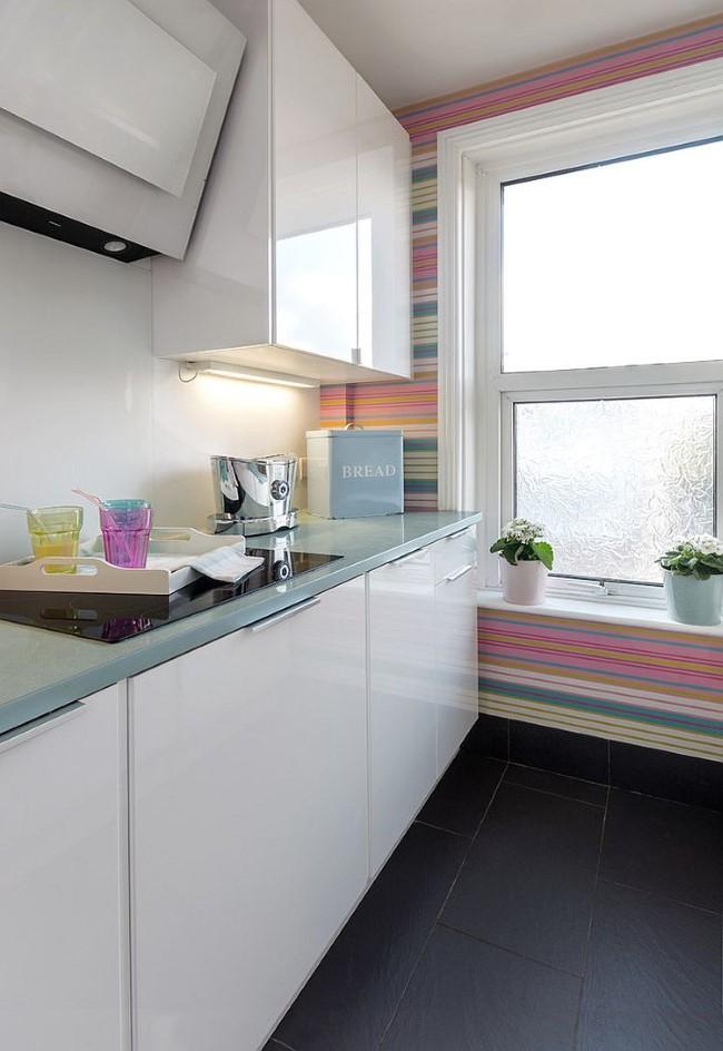 Горизонтальные полосатые обои в интерьере белой кухни.