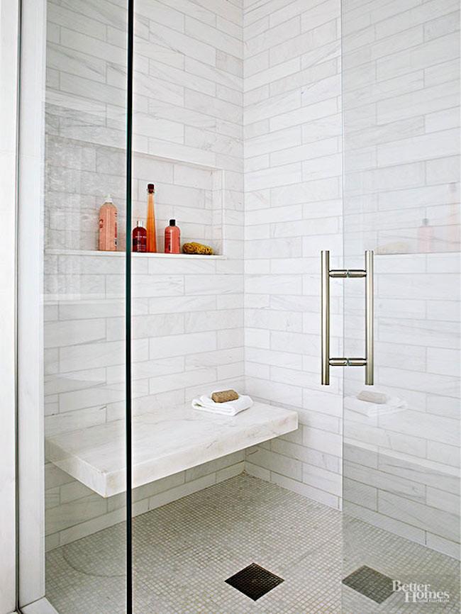 Ванная комната с небольшой душевой со стеклянными дверцами.