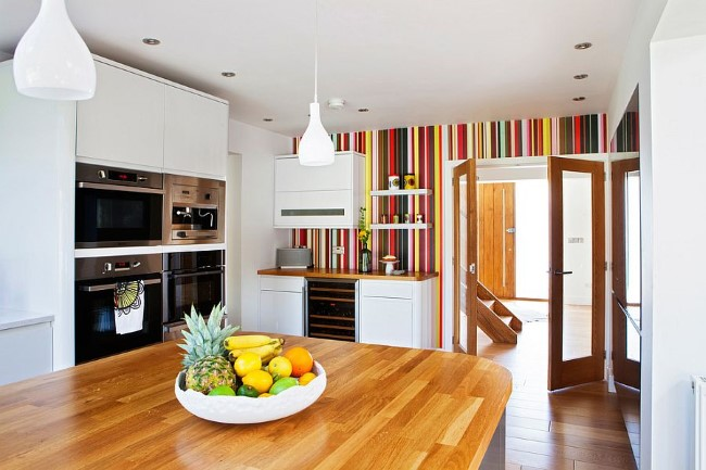 Вертикальные полосатые обои в интерьере кухни.