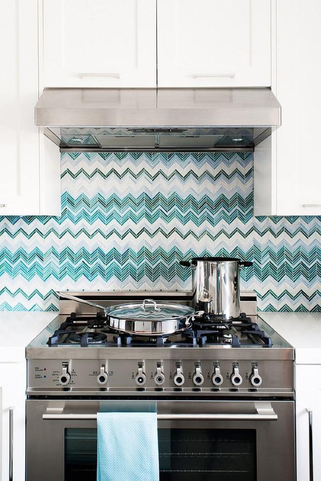Стеклянная плитка с зигзагами в современной кухне.