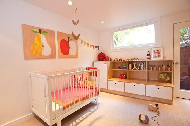 Небольшая комната для ребенка в светло-розовых и белых цветах.