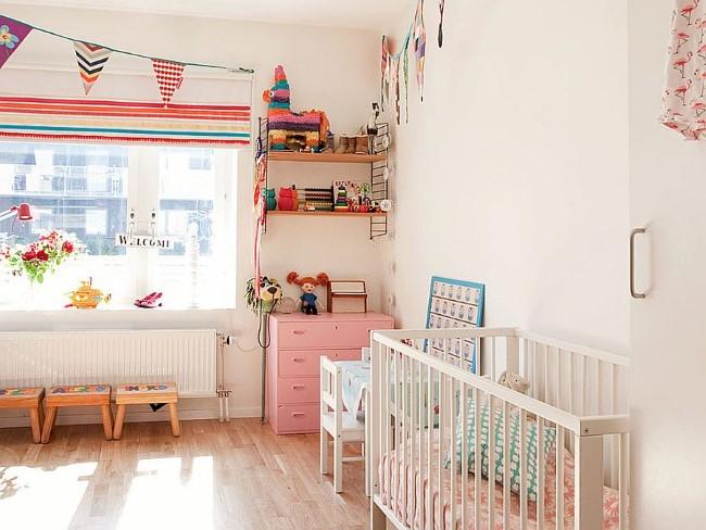 Скандинавская комната с яркими игрушками, гирляндами и аксессуарами.
