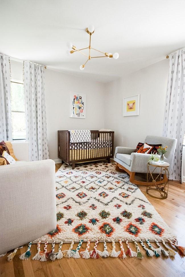 Скандинавская детская комната с ярким ковром и картинами.