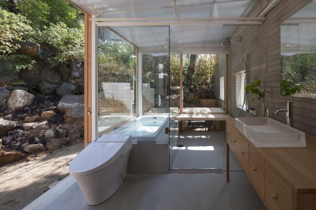Деревянный шкаф для открытой ванной комнаты.
