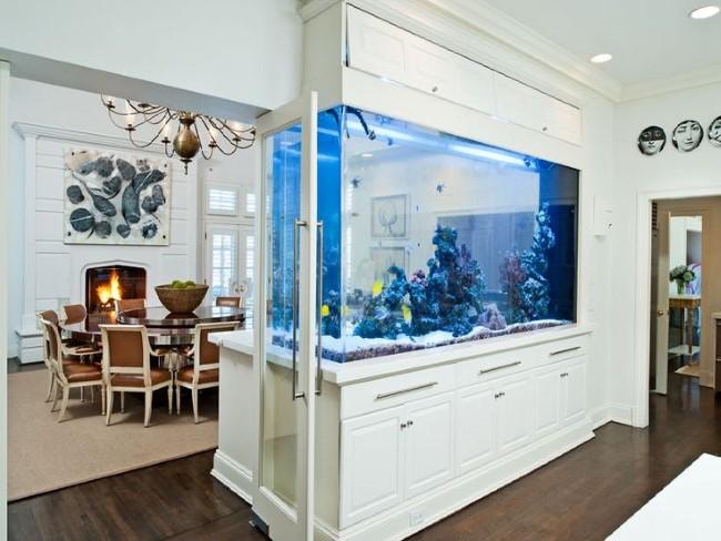 Стильный прямоугольный аквариум в интерьере кухни.
