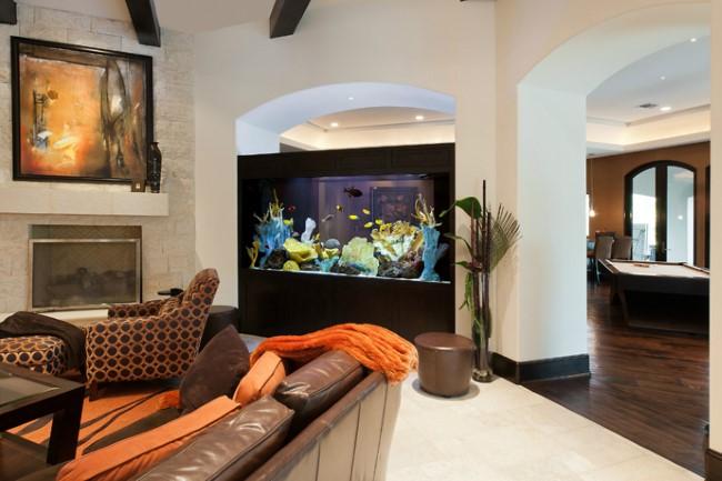 Большой прямоугольный аквариум в стене между столовой и гостиной.