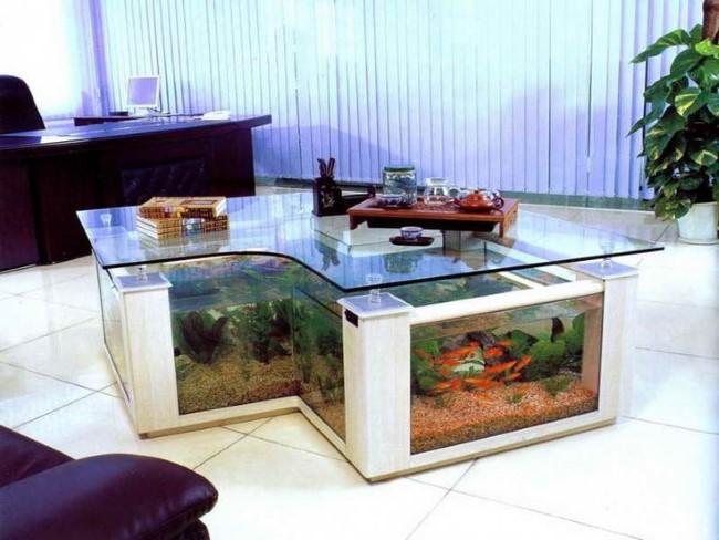 Журнальный столик-аквариум в интерьере домашнего офиса.
