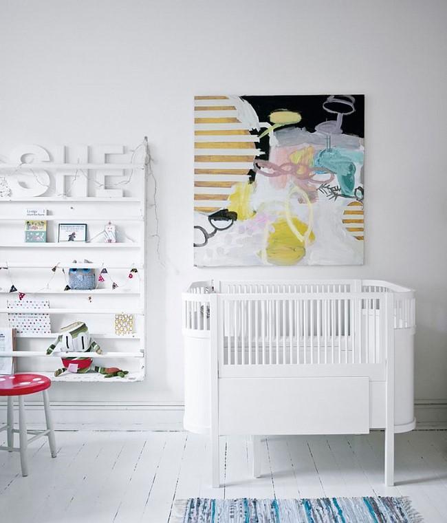 Белая детская комната с яркой абстрактной картиной.