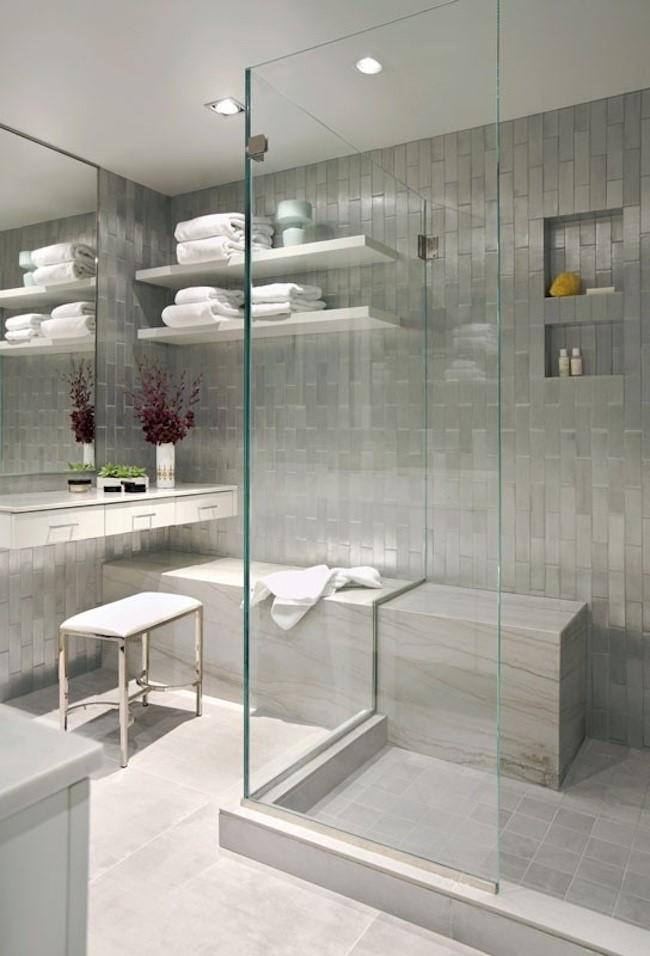 Душевая кабинка со стеклянными стенами в углу современной ванной.