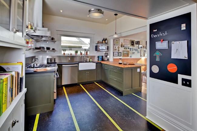 Полосатый линолеум на полу современной кухни.