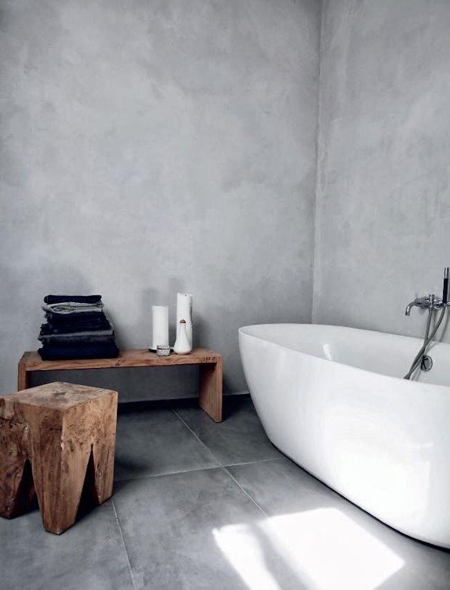 Ванная комната с элементами деревенского и минималистического стилей.