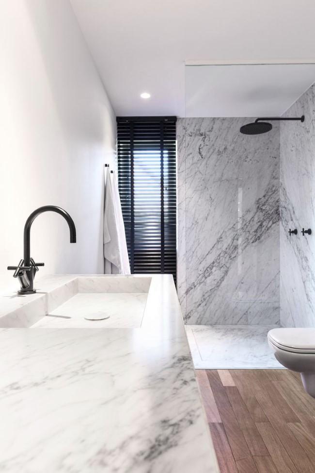 Мраморная плитка в интерьере ванной комнаты в современном стиле.