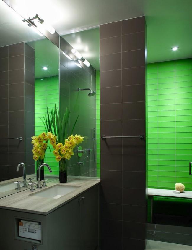Душевая кабина из матовой серой и яркой зеленой плитки.