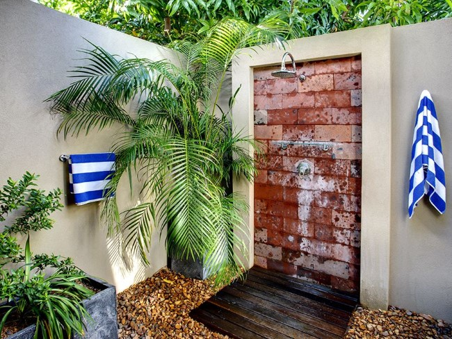 Уличный душ в пляжном стиле во внутреннем дворике.