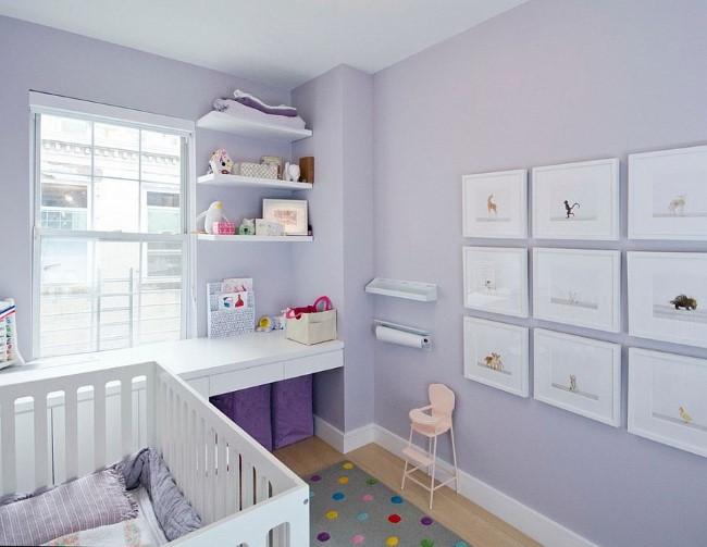 Скандинавская детская со светло-фиолетовыми обоями на стенах.