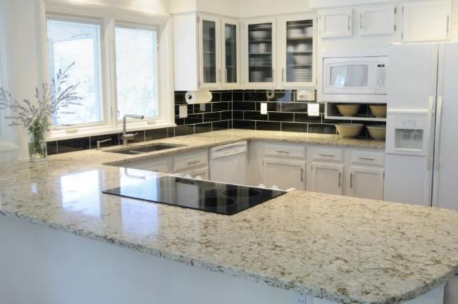 Кухонная столешница из белого кварца с прожилками темного цвета.