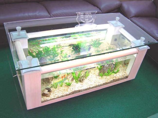 Прямоугольный журнальный столик со стильным аквариумом.