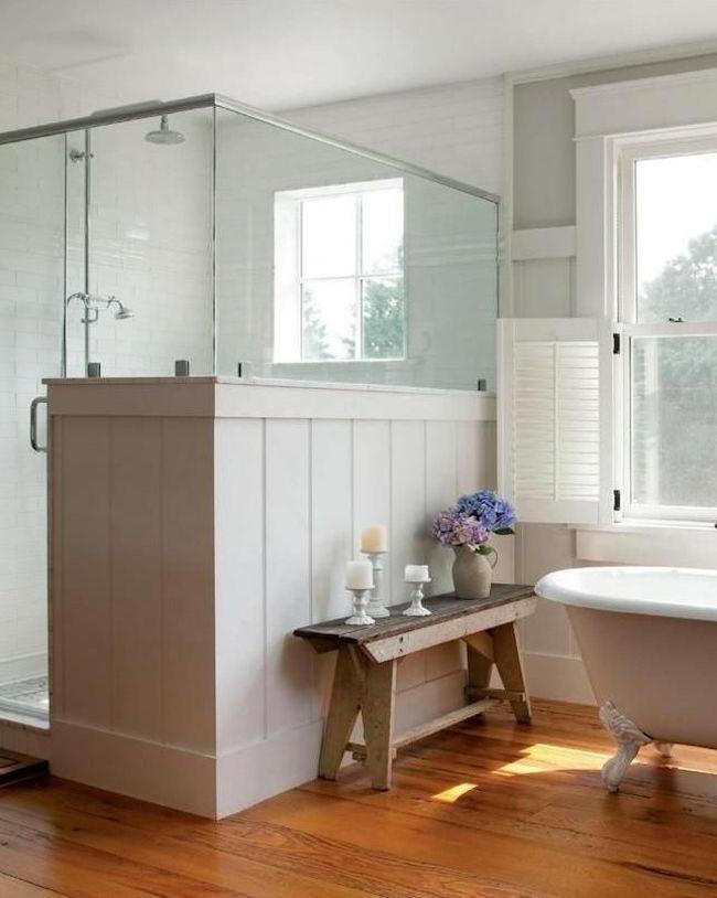 Ванная комната в деревенском стиле с элементами натурального дерева.