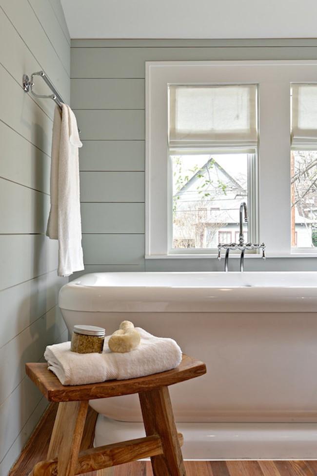 Деревянные элементы деревенского стиля в небольшой ванной.