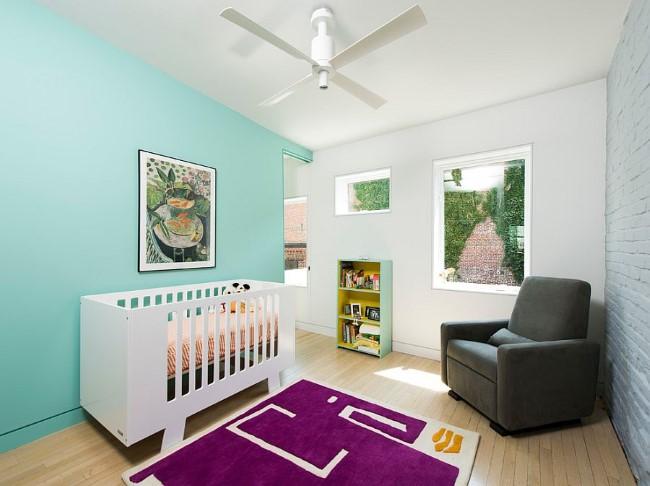 Стильная детская комната со светлыми голубыми обоями.