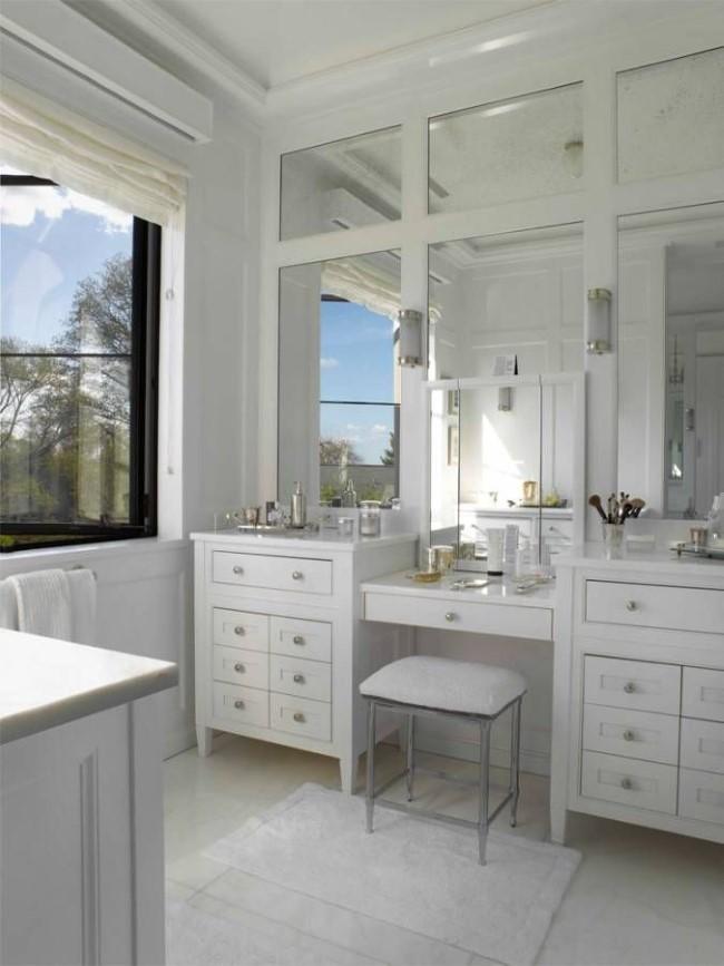 Ванная комната хозяйки дома с рядом зеркал и удобной мебелью.