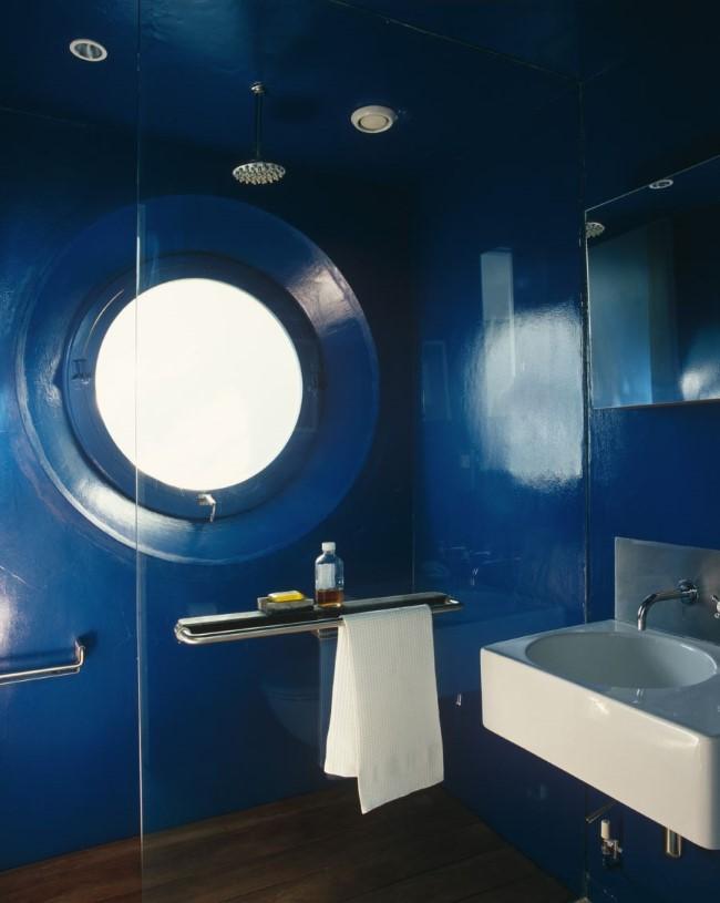 Душевая кабина синего цвета в пляжном стиле.