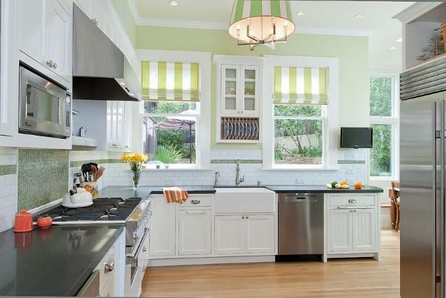 Полосатые шторы в современной кухне.