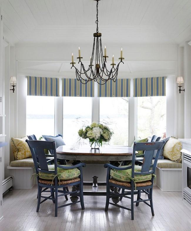 Полосатые современные шторы в интерьере маленькой столовой.