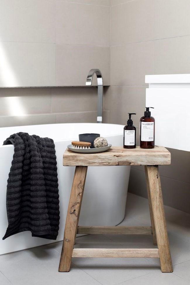 Небольшая ванная со светло-серым полом и стенами.