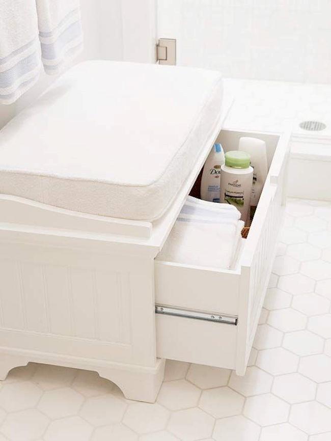 Мягкое кресло для ванной из шкафа и мягкой подушки.