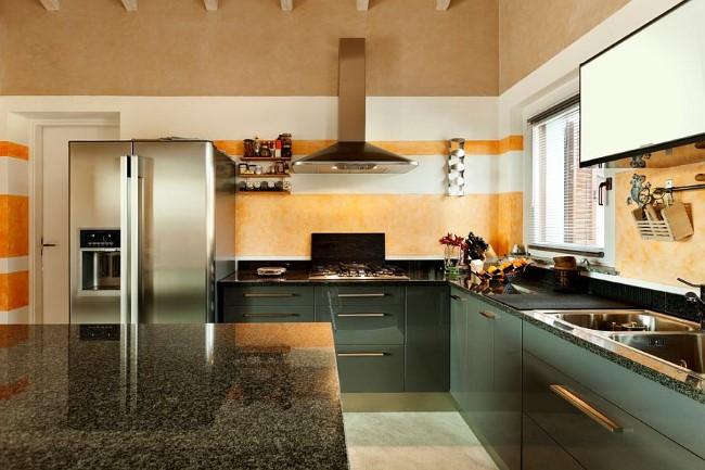 Полосатые обои для стен кухни.