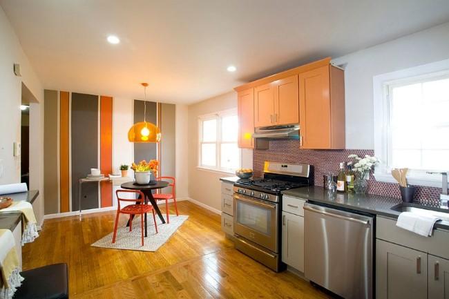 Полосатые обои в интерьере современной кухни-столовой.