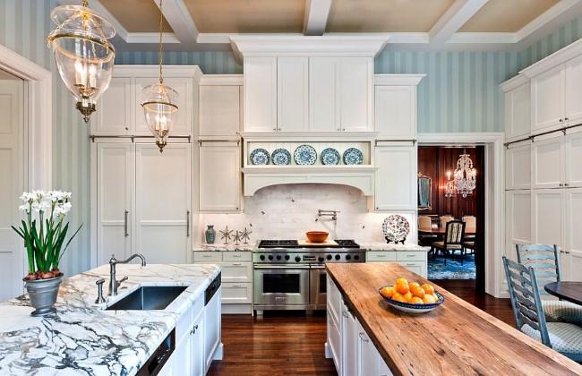Голубые обои с вертикальными полосами в интерьере кухни.