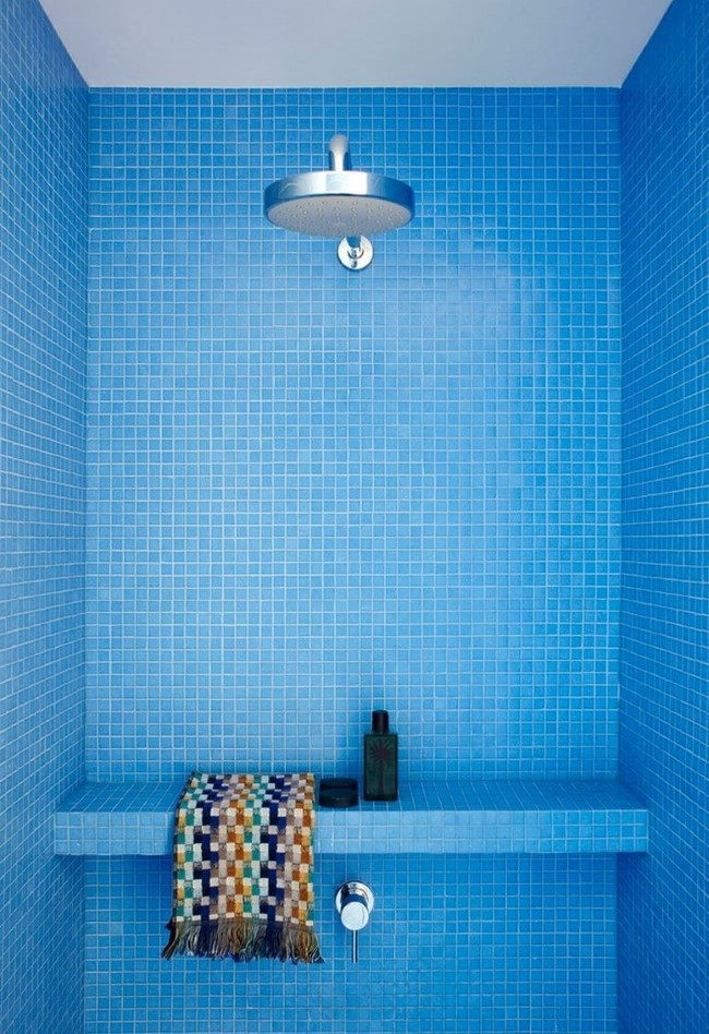 Стильная душевая кабина своими руками из голубой керамической плитки.